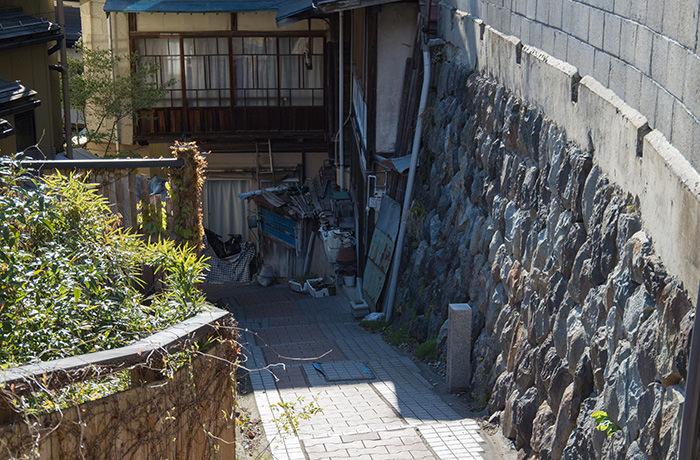 spirited-away-shibu-onsen-road-narrow