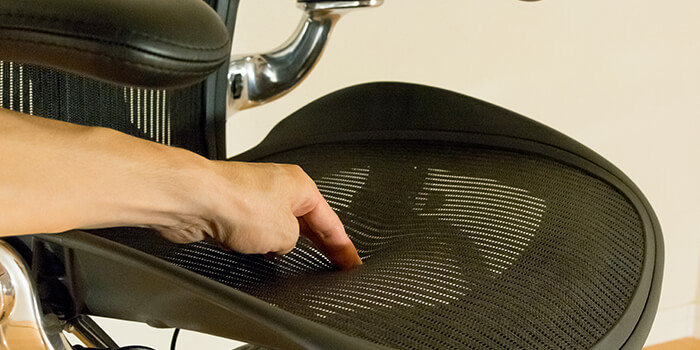review-aeron-chair-material-pushing